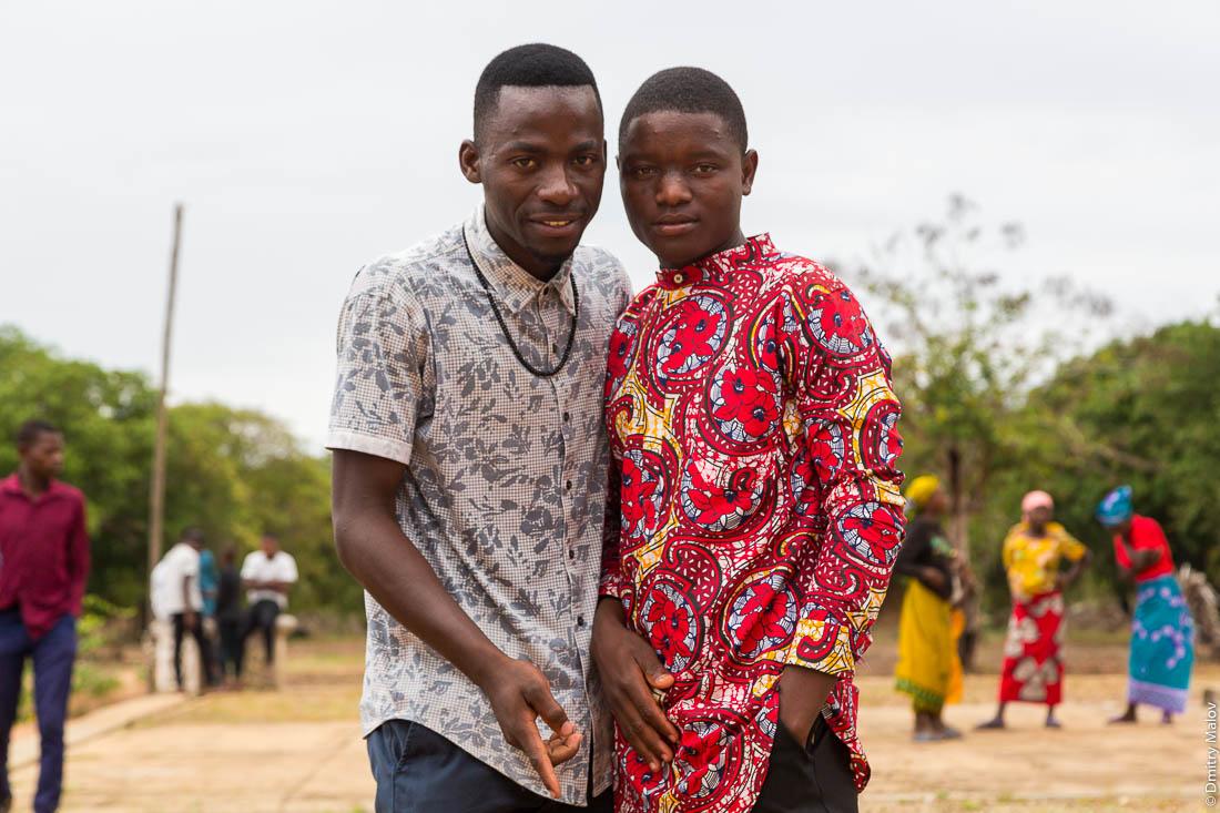 Два чёрных парня, африканца, негра в ярких цветных рубашках. Нампула, Мозамбик, Африка