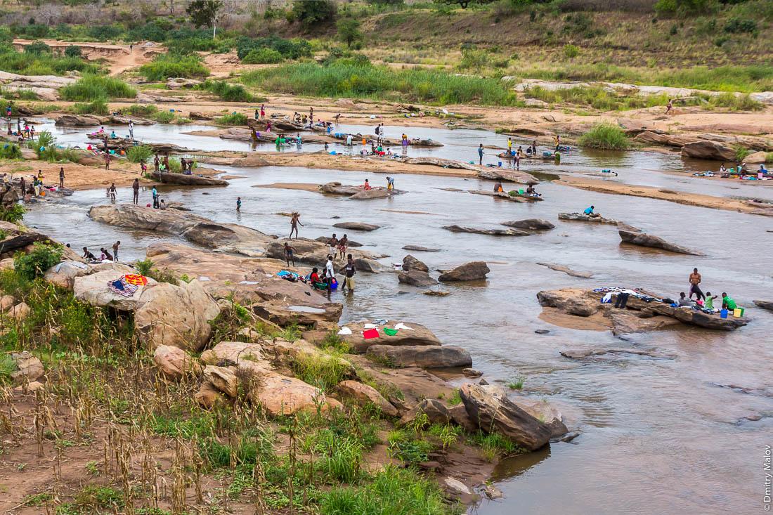 Деревенские жители моются, стираются в реке. Шоссе Нампула - остров Мозамбик, Мозамбик, Африка