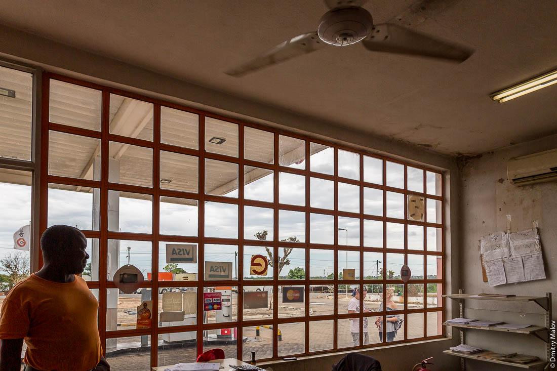 Внутри автозаправки. Потолочный вентилятор. Окно с красивым мелким плетением. Шоссе Нампула - остров Мозамбик, Мозамбик, Африка