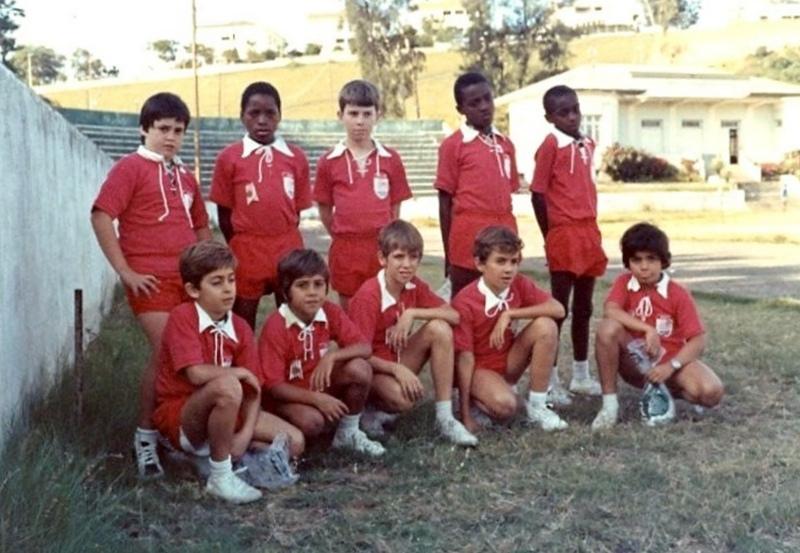 Эта команда по мини-баскетболу боролась за трофей (и десять велосипедов) на втором турнире Coca-Cola по мини-баскетболу, который в то время взволновал город Лоренсу-Маркиш.