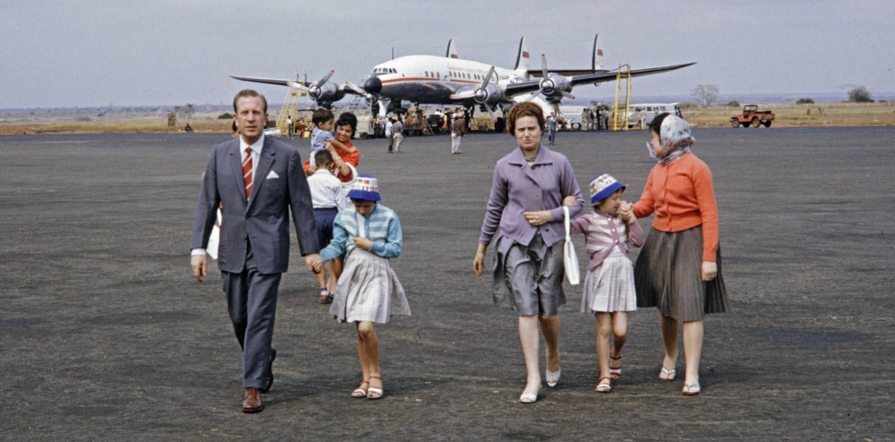 Пассажиры выходят из самолёта TAP Super-Constellation  в аэропорту Лоренсу-Маркиш. Старое фото. Passageiros desembarcam em Lourenço Marques, 1961