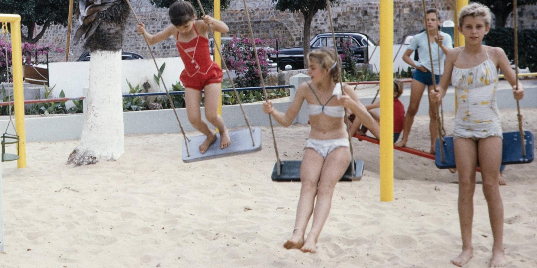 Дети в морскому клубе Мапуто (Лоренсу-Маркиш). Старое фото.