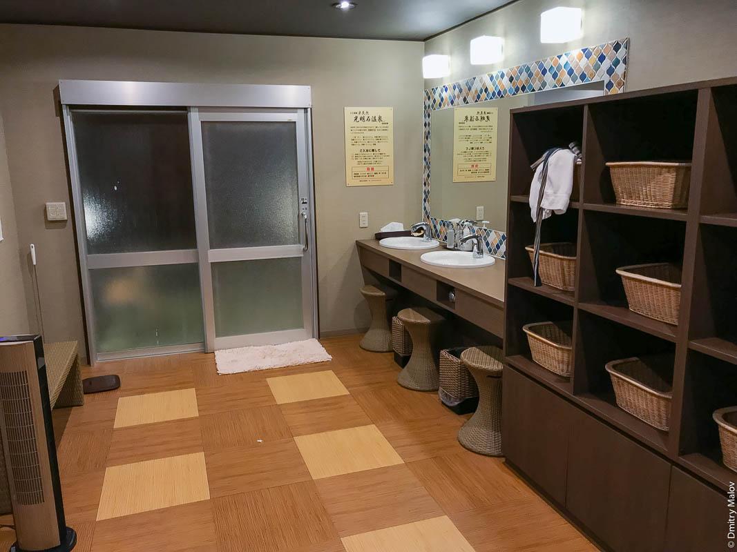 Раздевалка онсена (сенто), Япония. Плетёные корзины для одежды